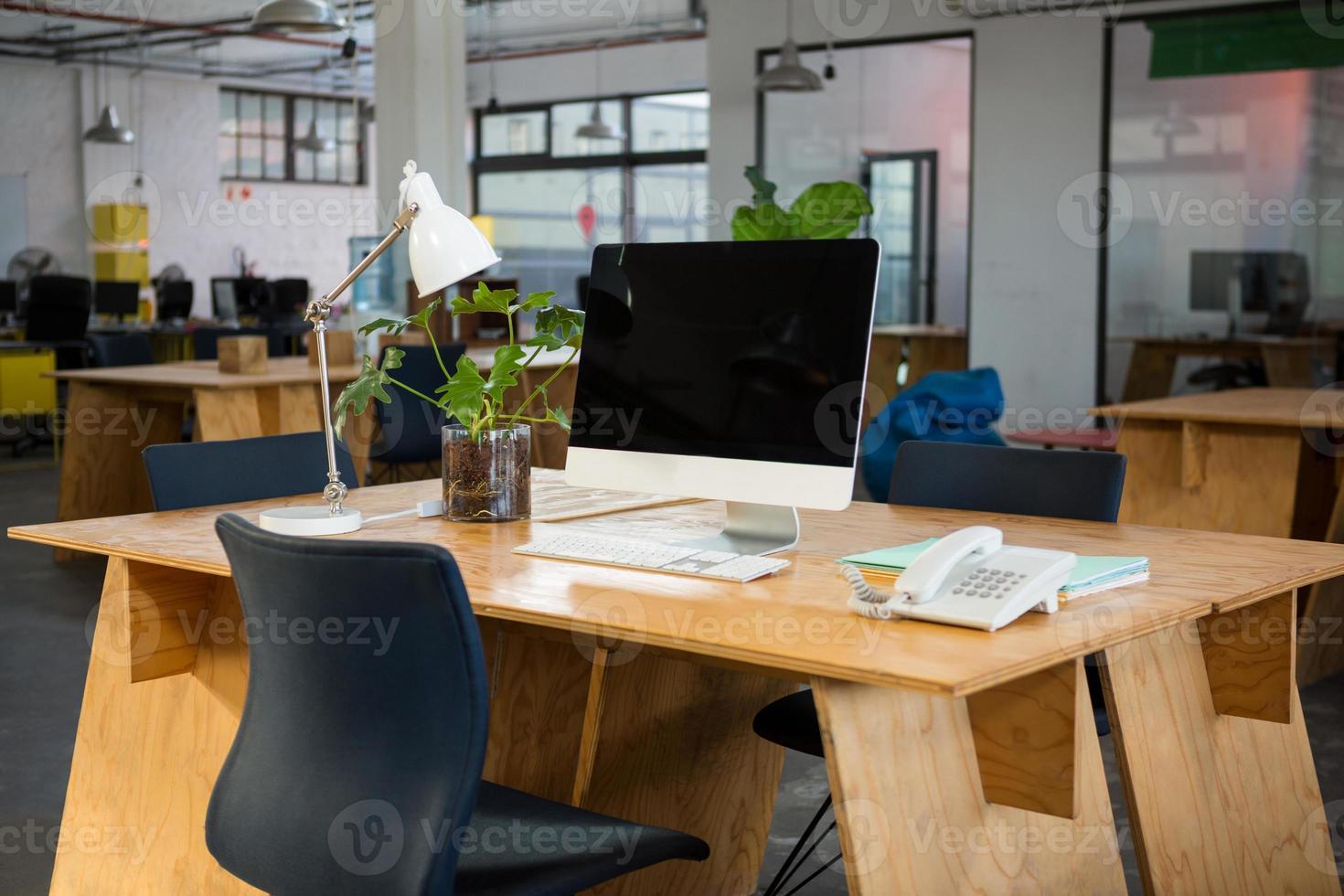 computadora personal y teléfono fijo en el escritorio foto