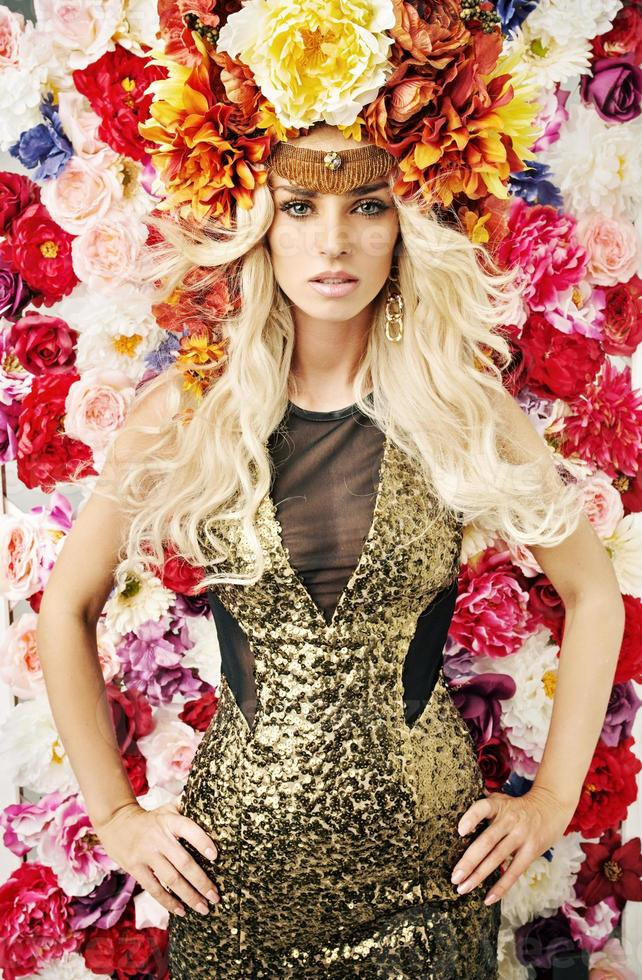 excelente retrato de la mujer con sombrero de flores foto