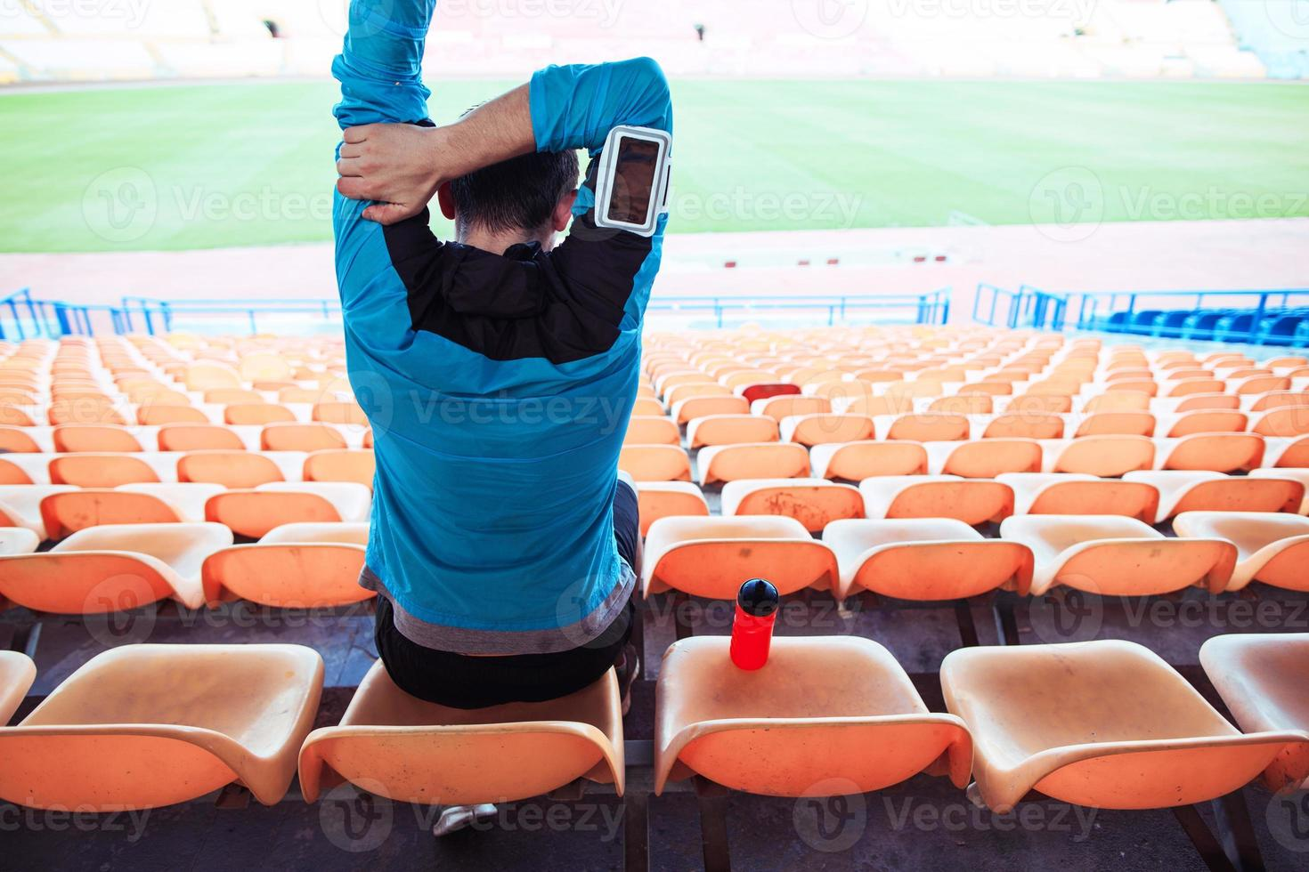 deportista sentado en el estadio foto