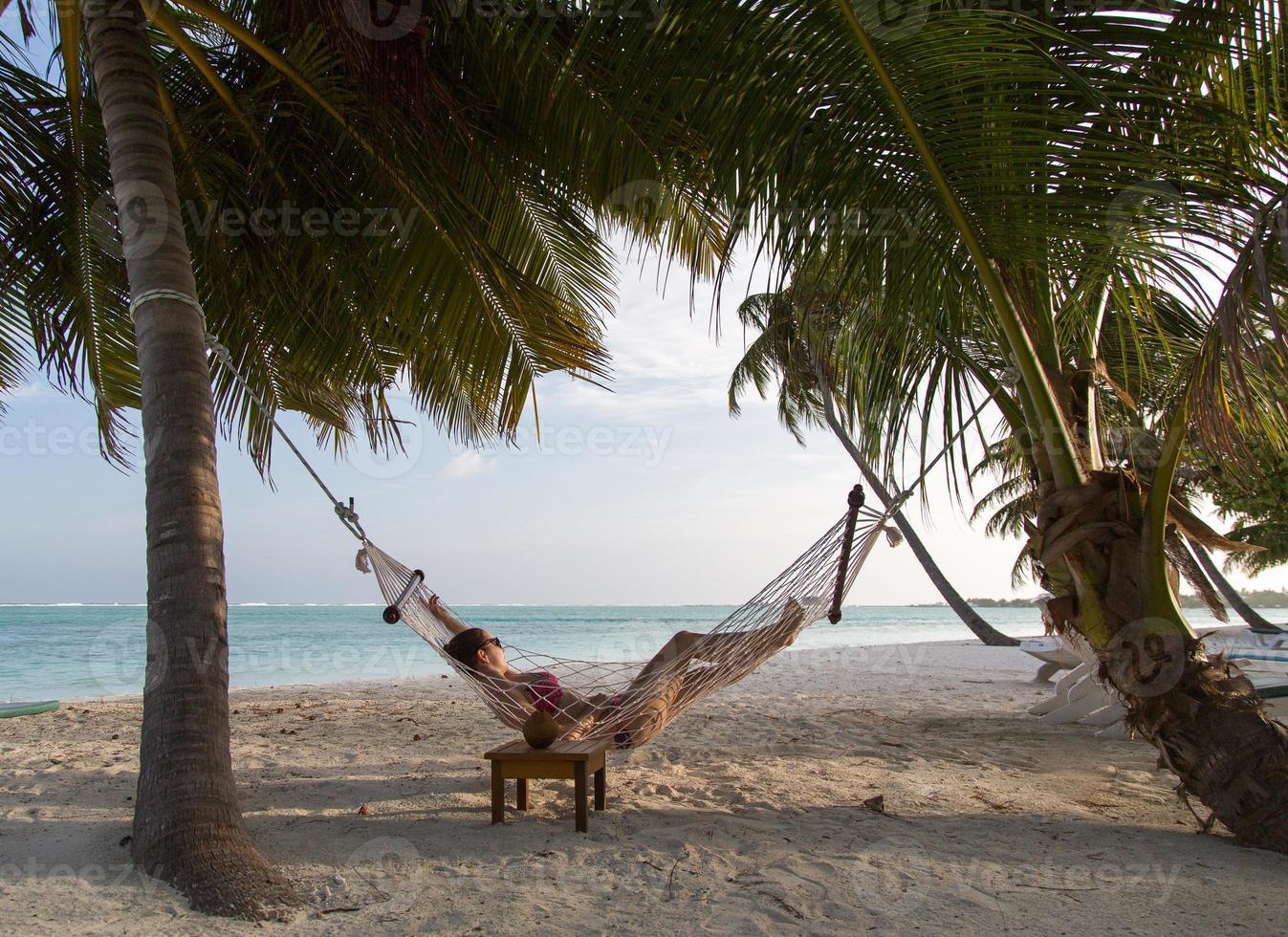 mujer en la playa en una hamaca foto