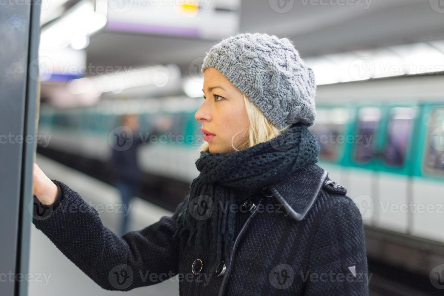 Señora comprando boleto para el transporte público. foto