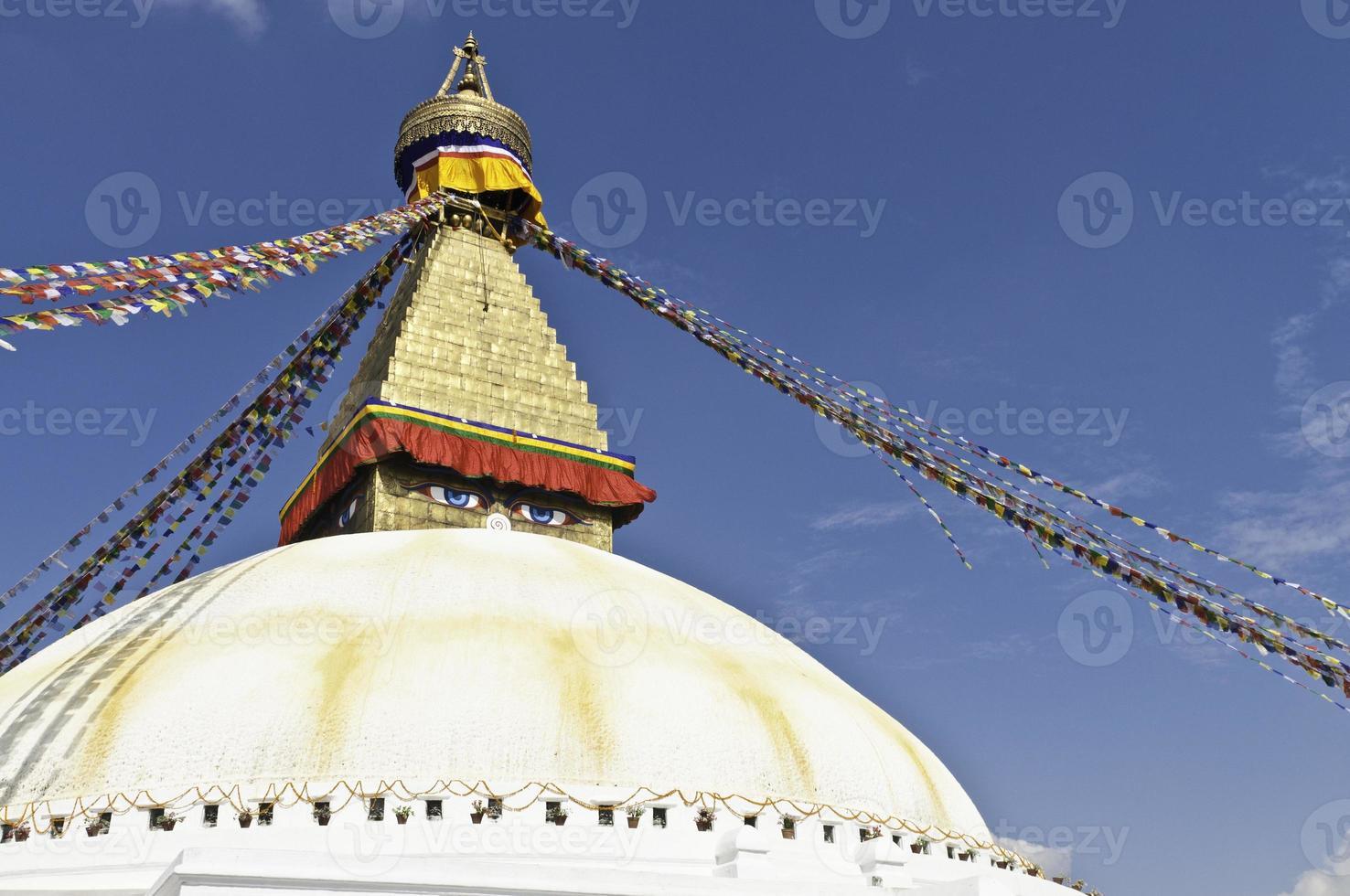 Estupa dorada santuario colorido budista oración banderas bodnath Katmandú Nepal foto