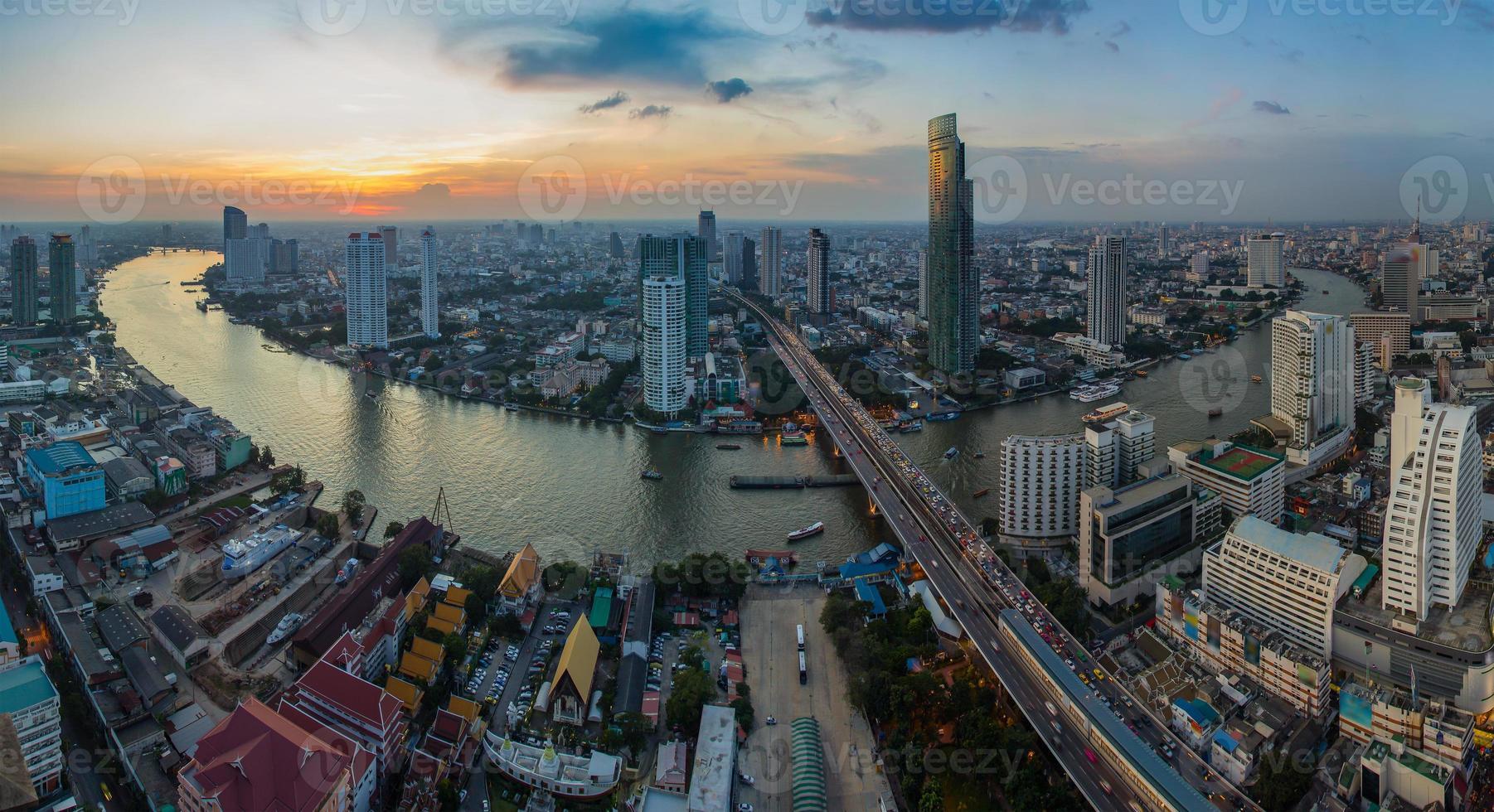 vista de pájaro del atardecer de bangkok foto
