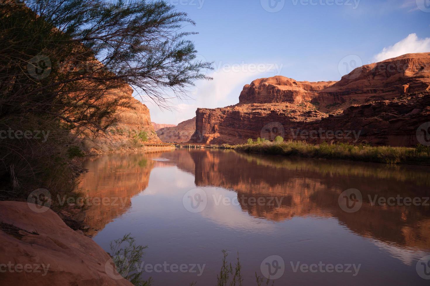 orilla del río colorado autopista 128 parque nacional arches utah foto