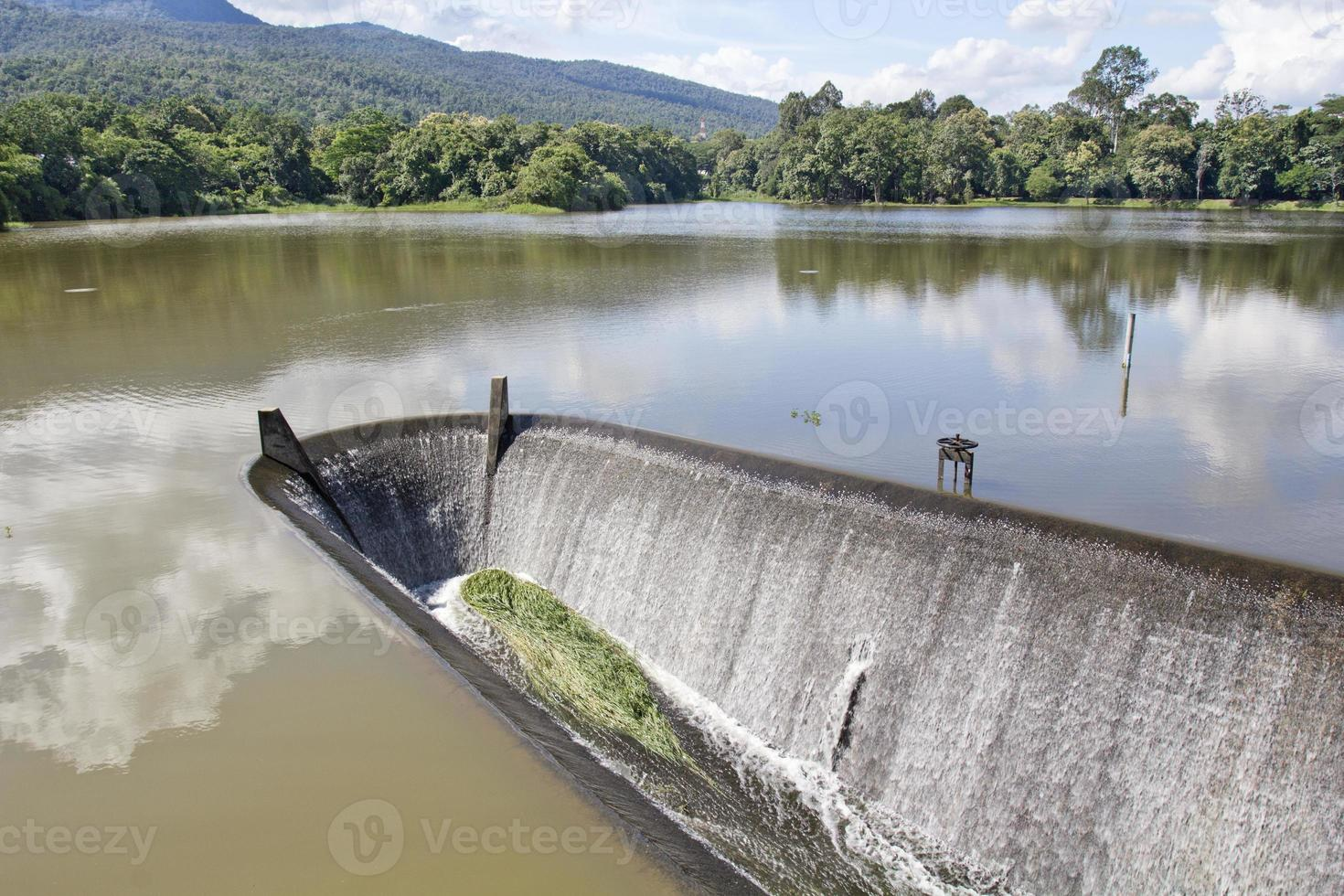 agua que fluye del vertedero, lago foto