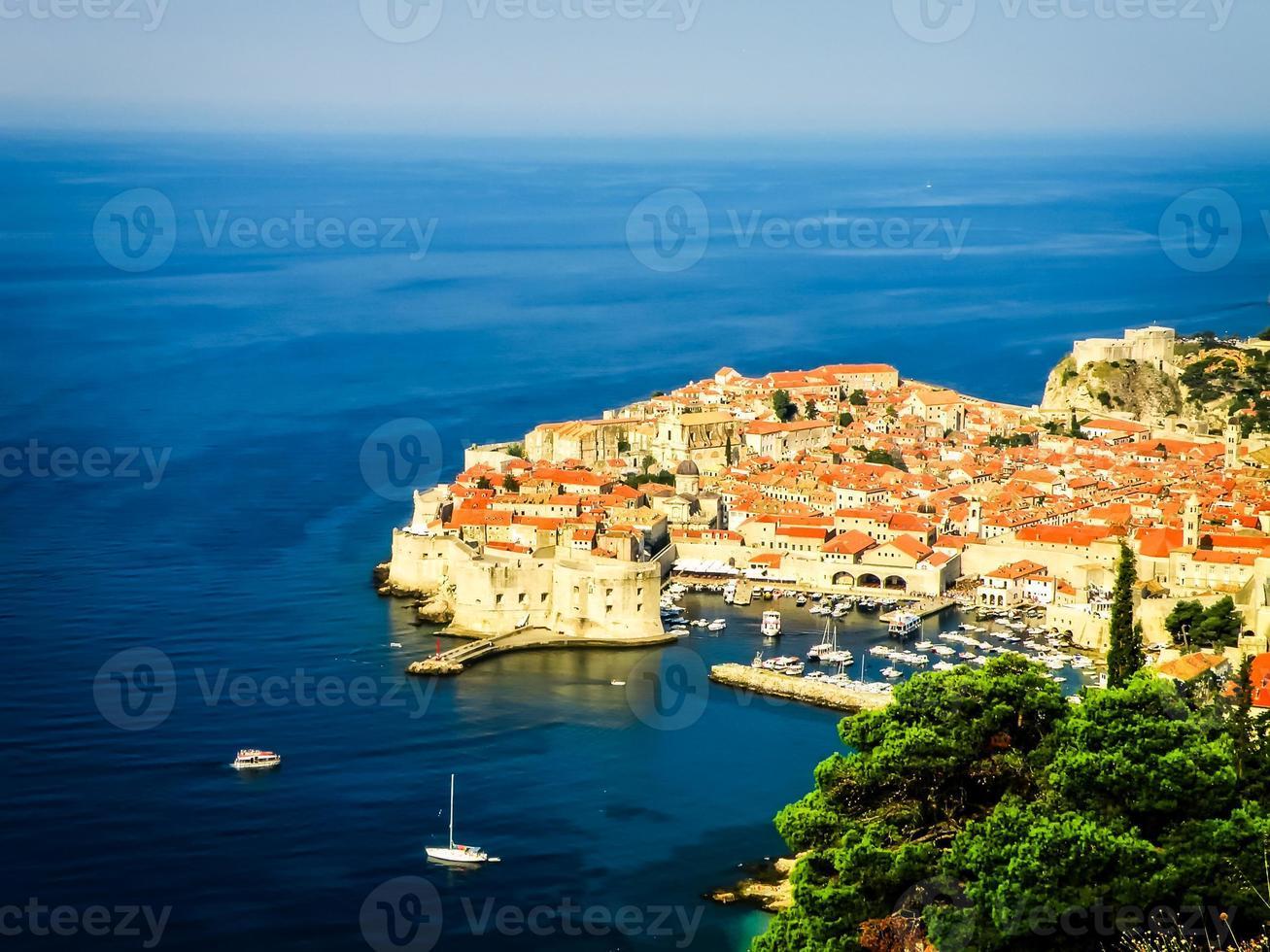Vista del casco antiguo de Dubrovnik con el puerto foto