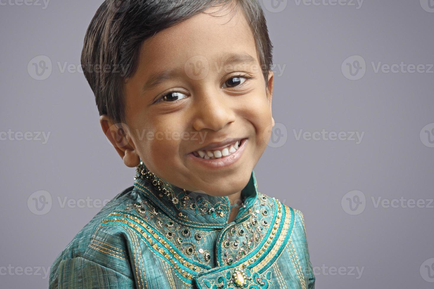 niño indio con vestimenta tradicional foto