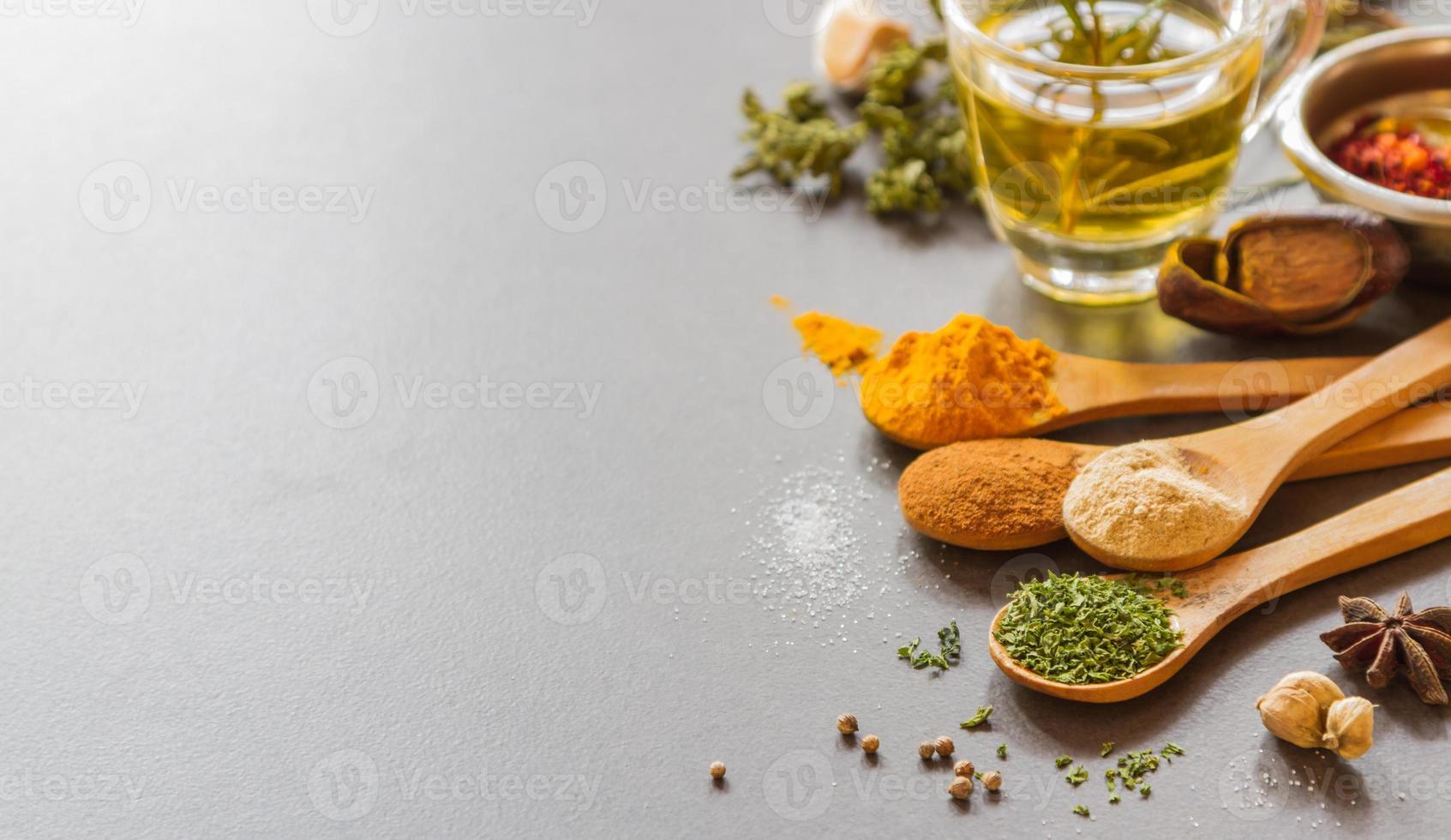 mezclar especias y hierbas de fondo. foto