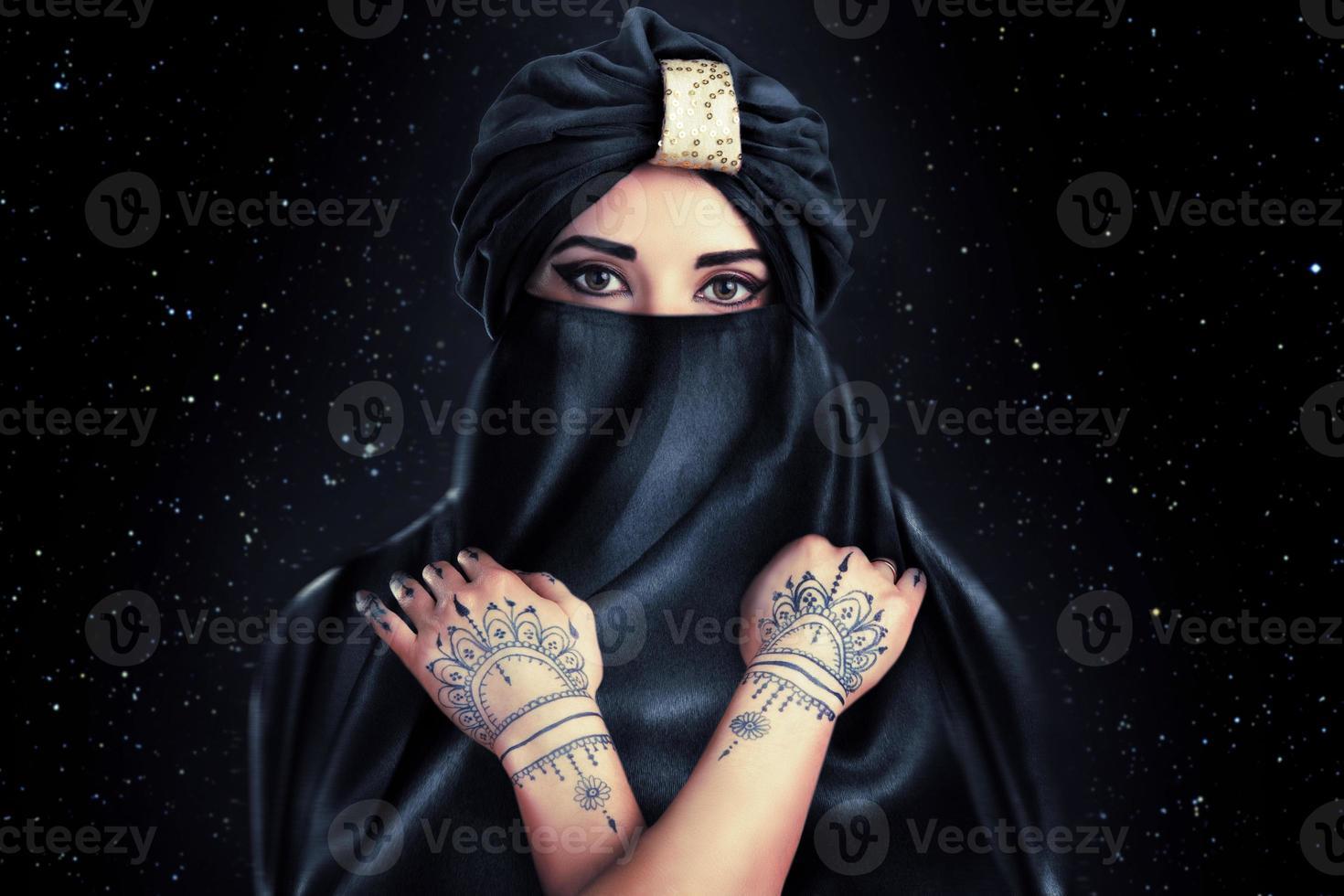 hermosa mujer elegante en estilo oriental en turbante foto