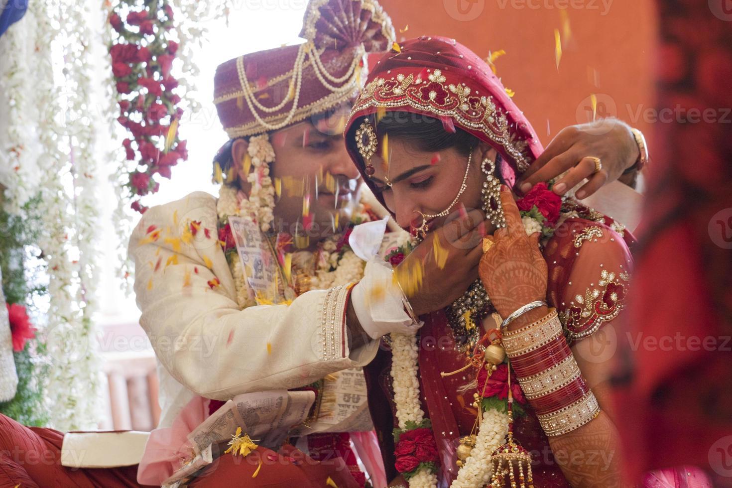 Feliz pareja india en su boda. foto