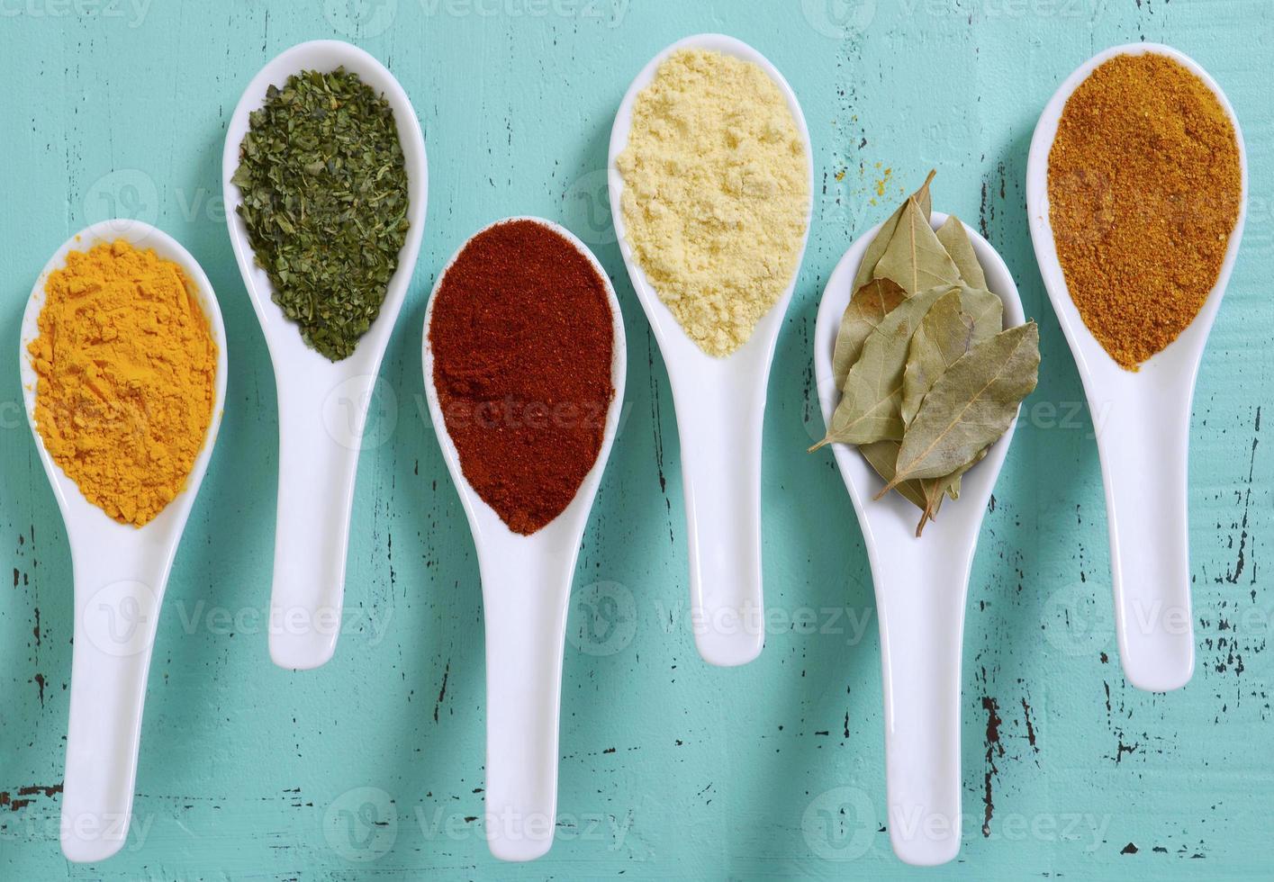 coloridas especias de cocina en mesa de madera foto