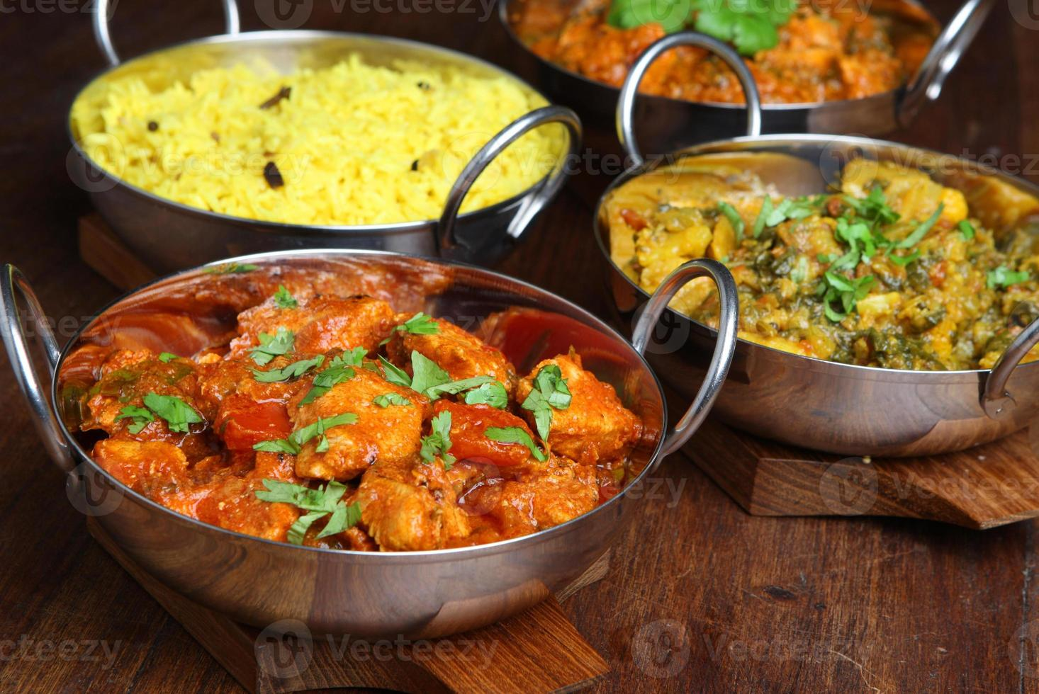 platos de comida india al curry foto