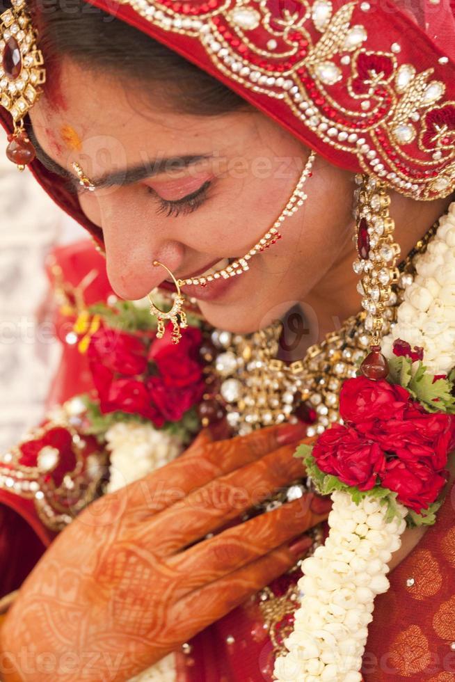 hermosa novia india, punjabi en su boda. foto