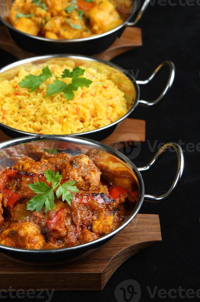 una comida india al curry preparada en sartenes foto