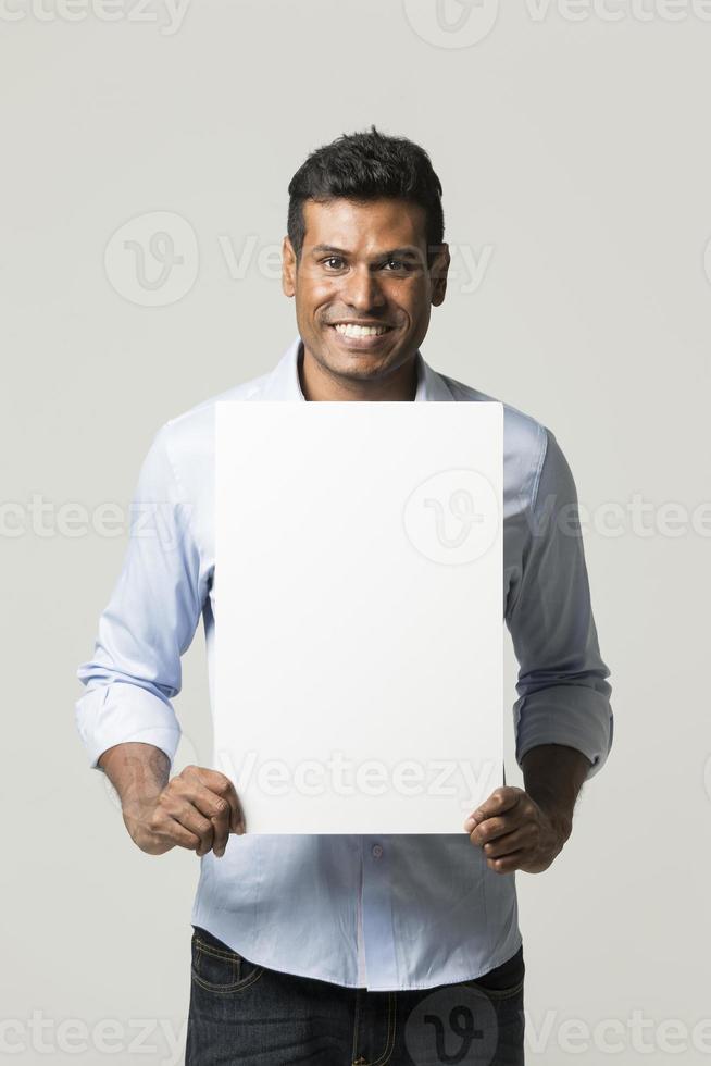 Hombre indio sosteniendo una pancarta. foto