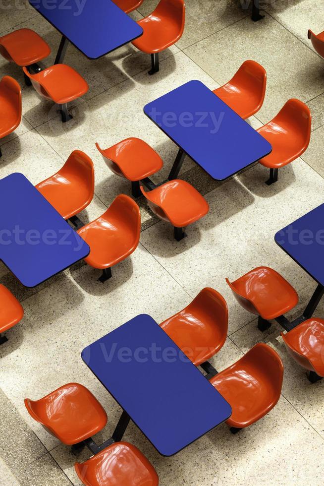 vista de arriba hacia abajo de las sillas y mesas del centro comercial foto