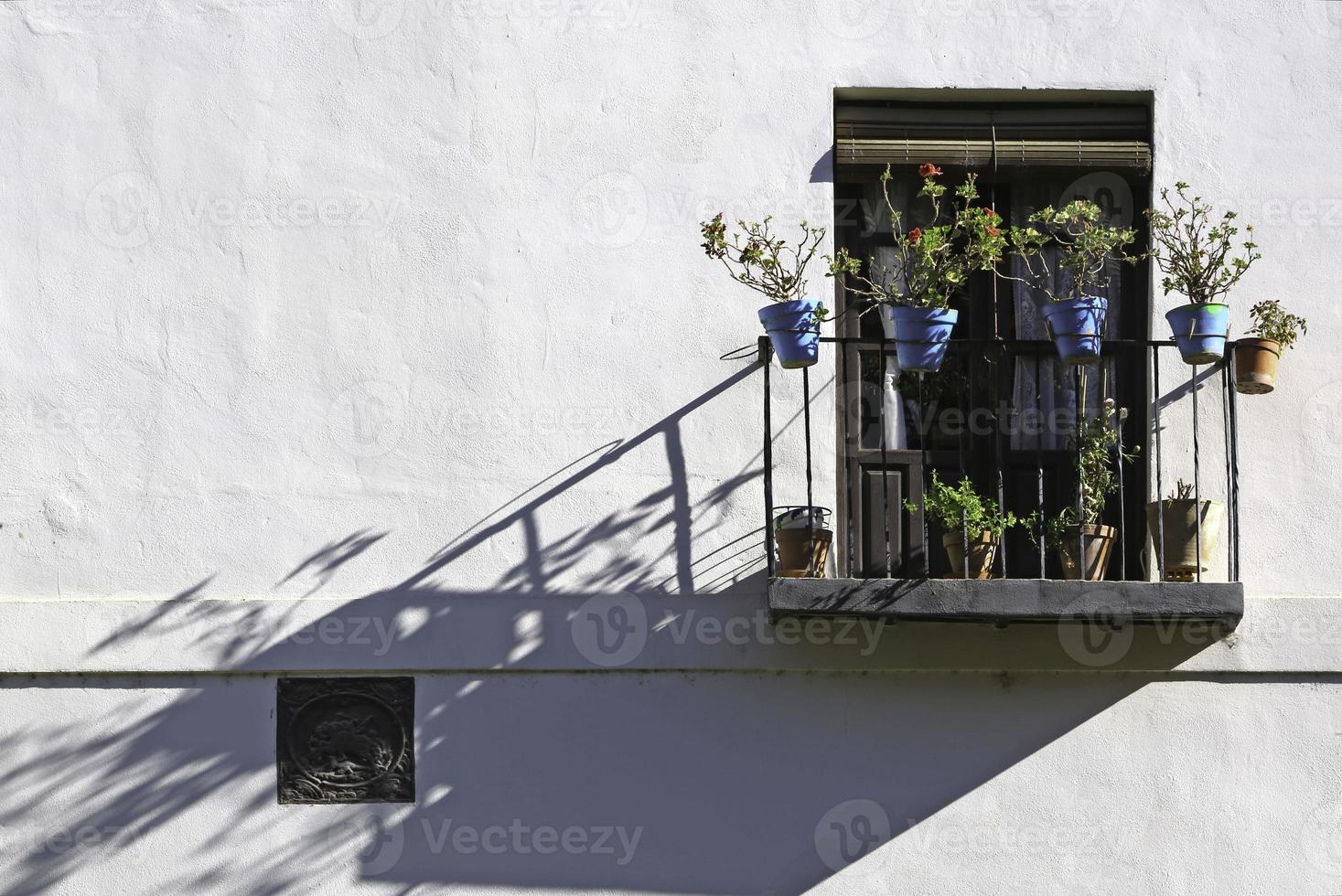 Balcón y macetas azules en granada foto