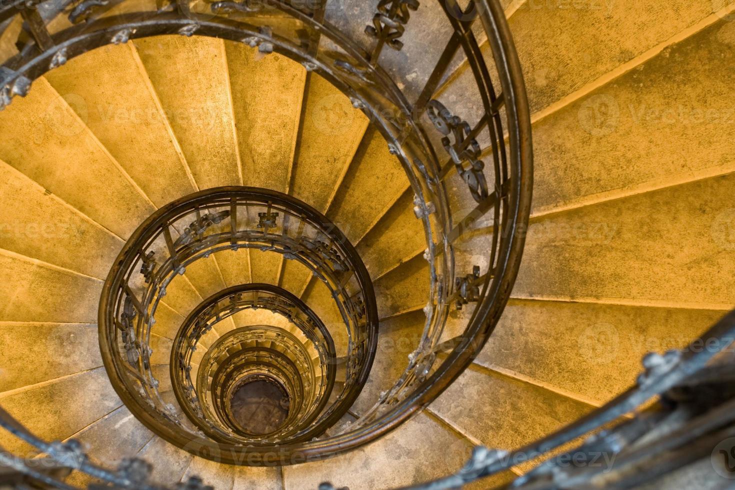 Tiro de arriba de la escalera de caracol con barandas de hierro forjado foto