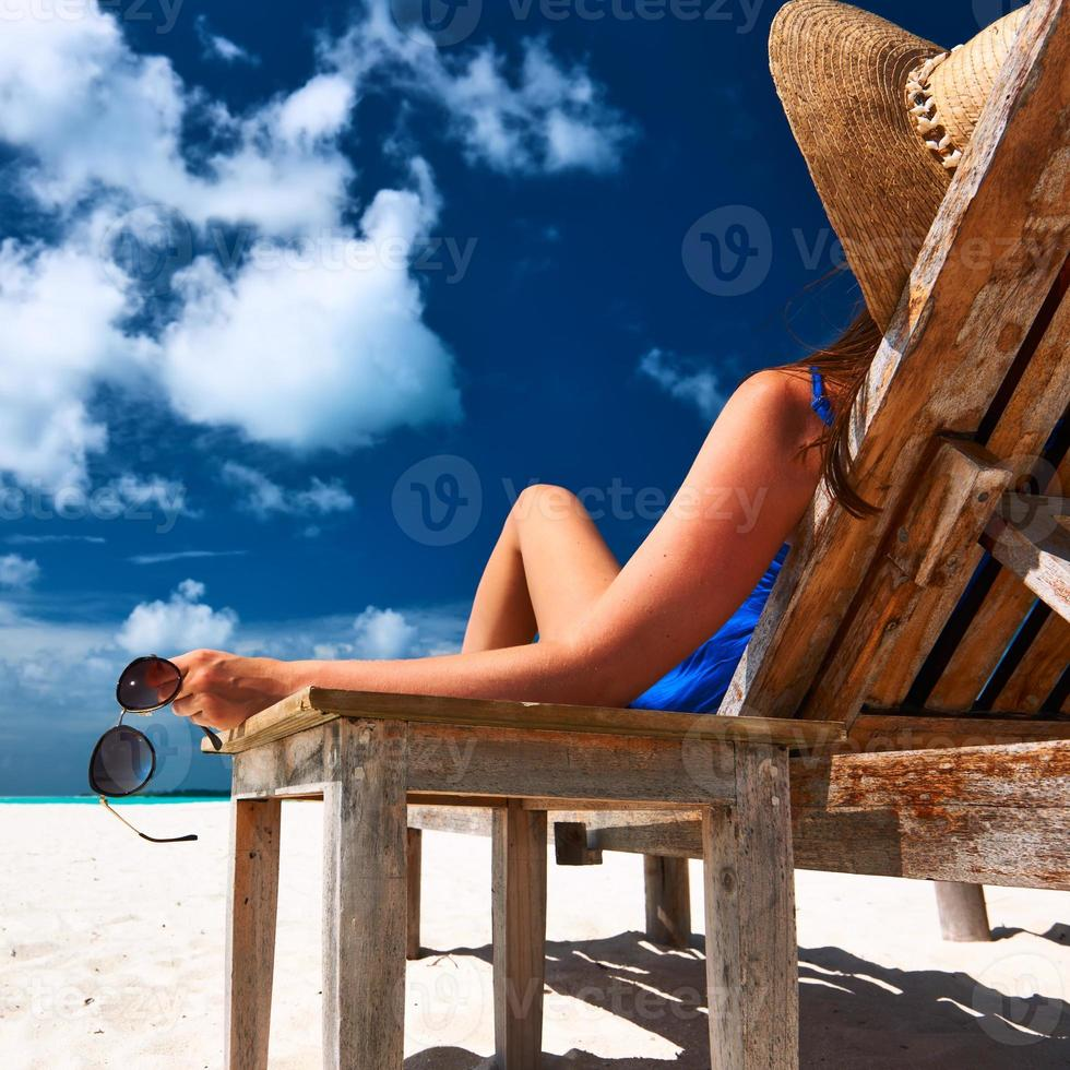mujer en la playa con gafas de sol foto