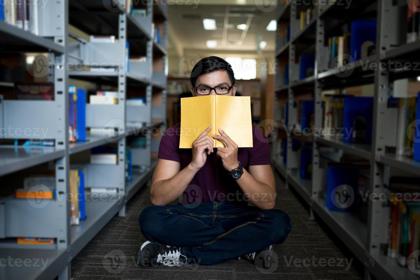 cubriéndose la cara con un libro foto