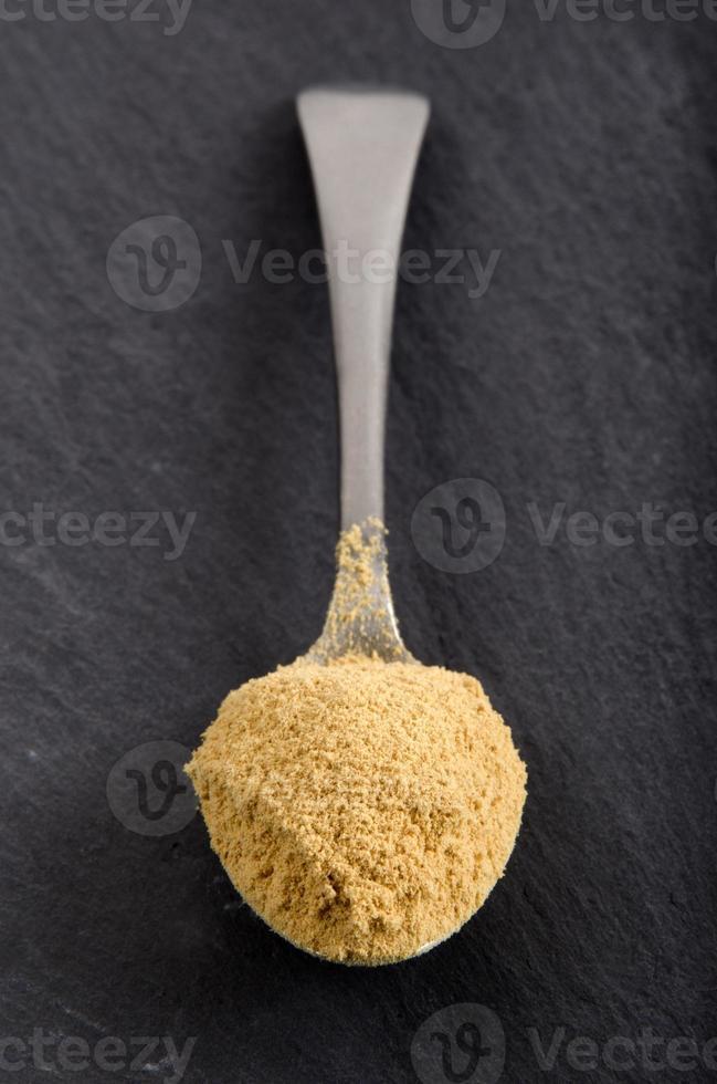 polvo de jengibre molido en una cuchara foto