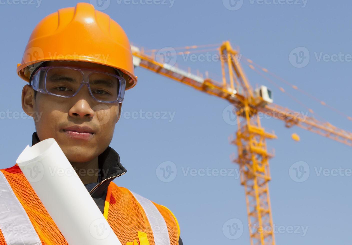 Cerrar el administrador del sitio con chaleco de seguridad en construcción foto