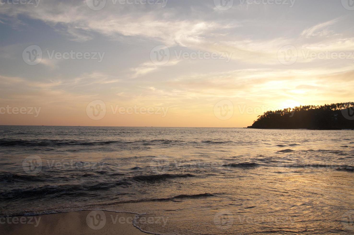 hermosa puesta de sol en la playa foto