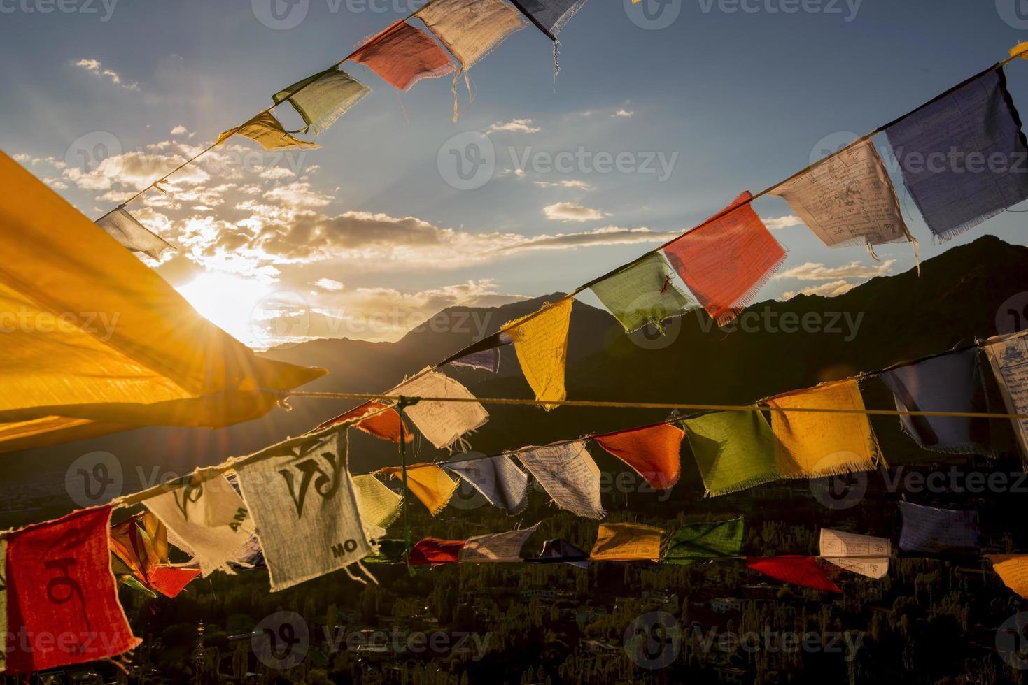bandera del jugador en la cima del monasterio namgyal tsemo foto