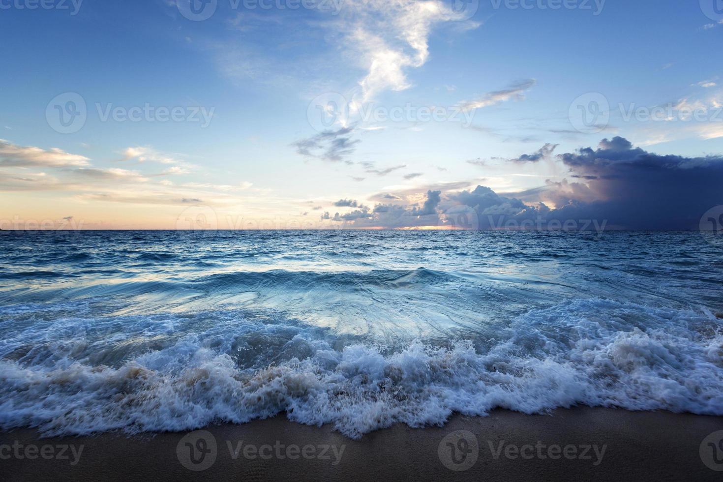 puesta de sol en la playa de seychelles foto