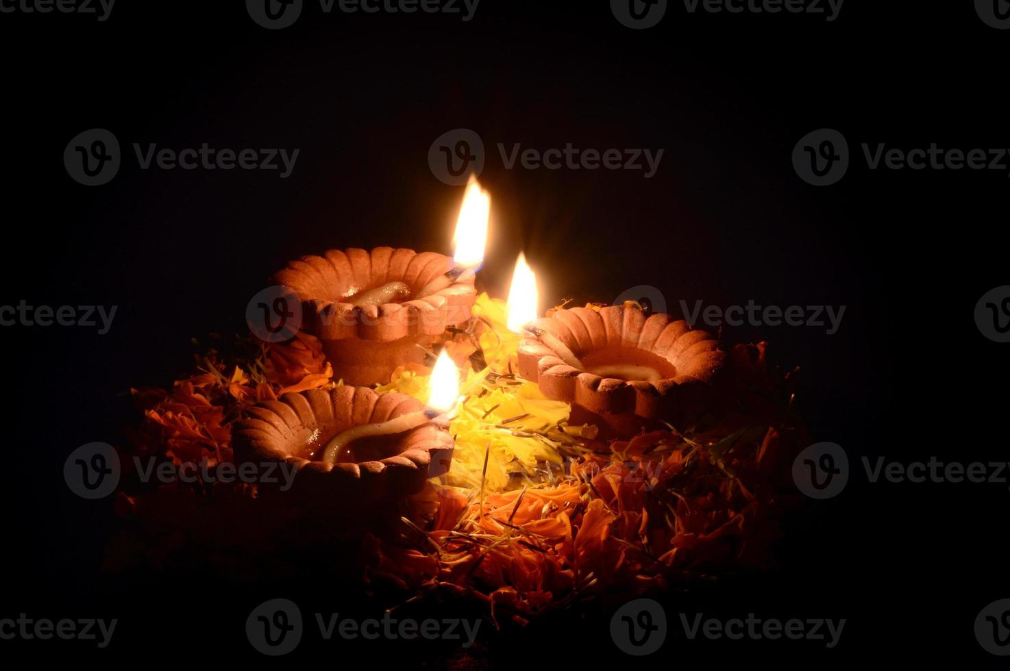 lámparas diya de arcilla encendidas durante la celebración de diwali. tarjeta de felicitaciones foto