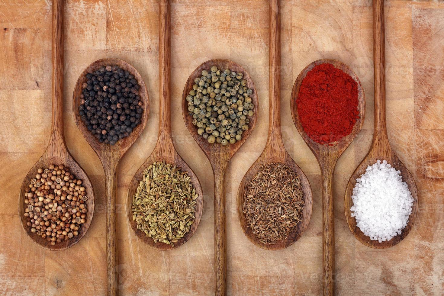 especias en cucharas de madera foto