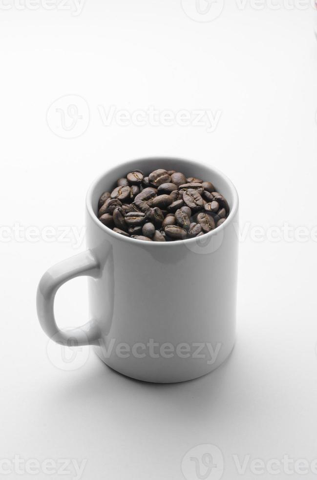tostar granos de café orgánicos en taza blanca foto