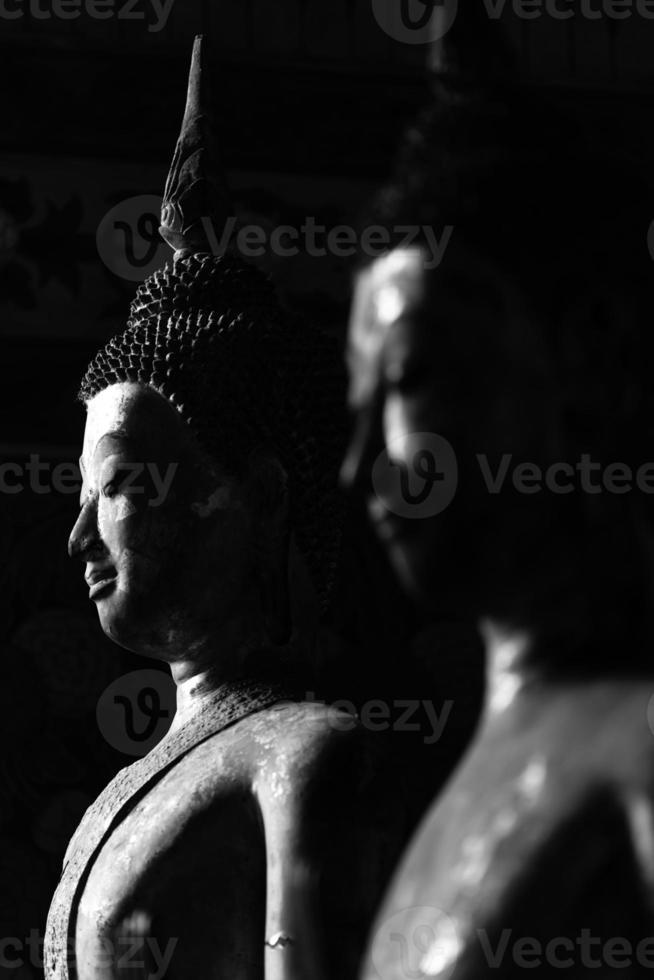 estatua de Buda en blanco y negro foto
