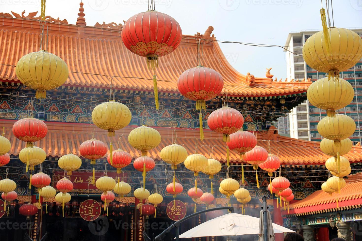 linternas de papel en el templo de wong tai sin, hong kong foto