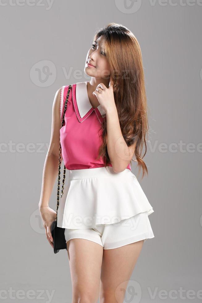 mujer asiática rosa sin mangas con cuello doble sin mangas, blusa blanca de doble capa foto
