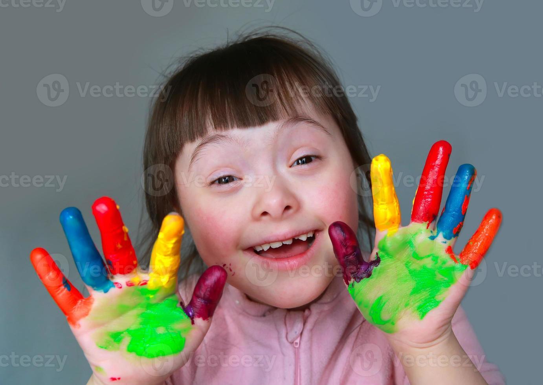niña linda con manos pintadas foto
