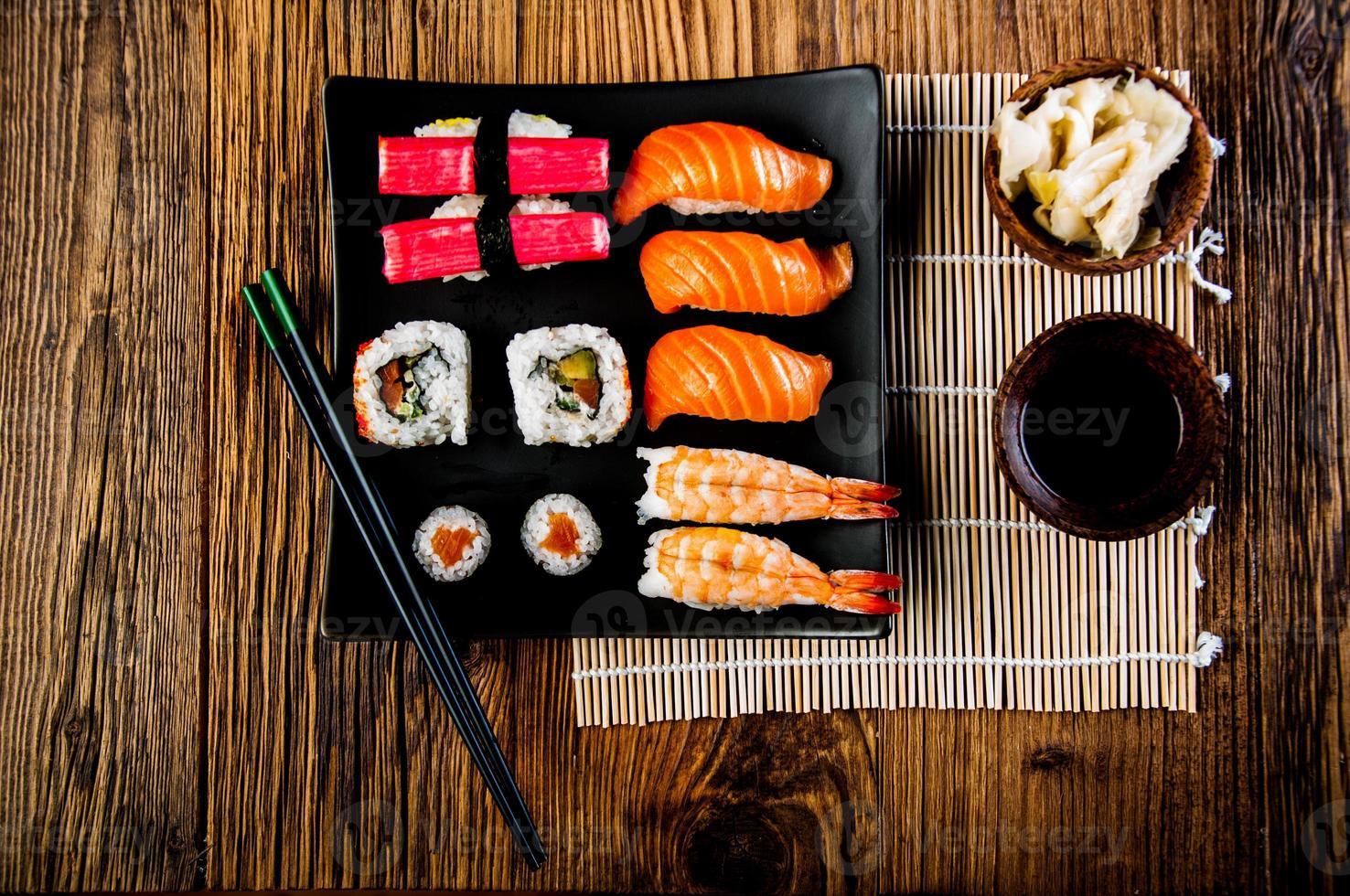 conjunto de sushi fresco japonés foto