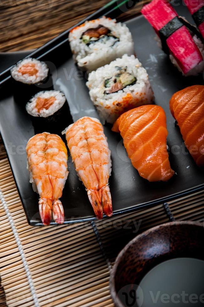mariscos, sushi japonés en la vieja mesa de madera foto