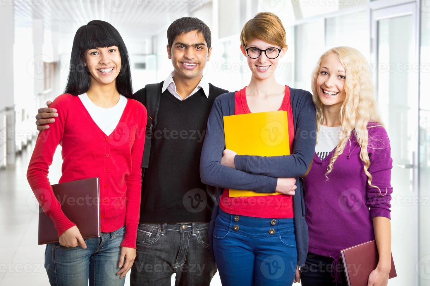grupo de estudiantes felices foto