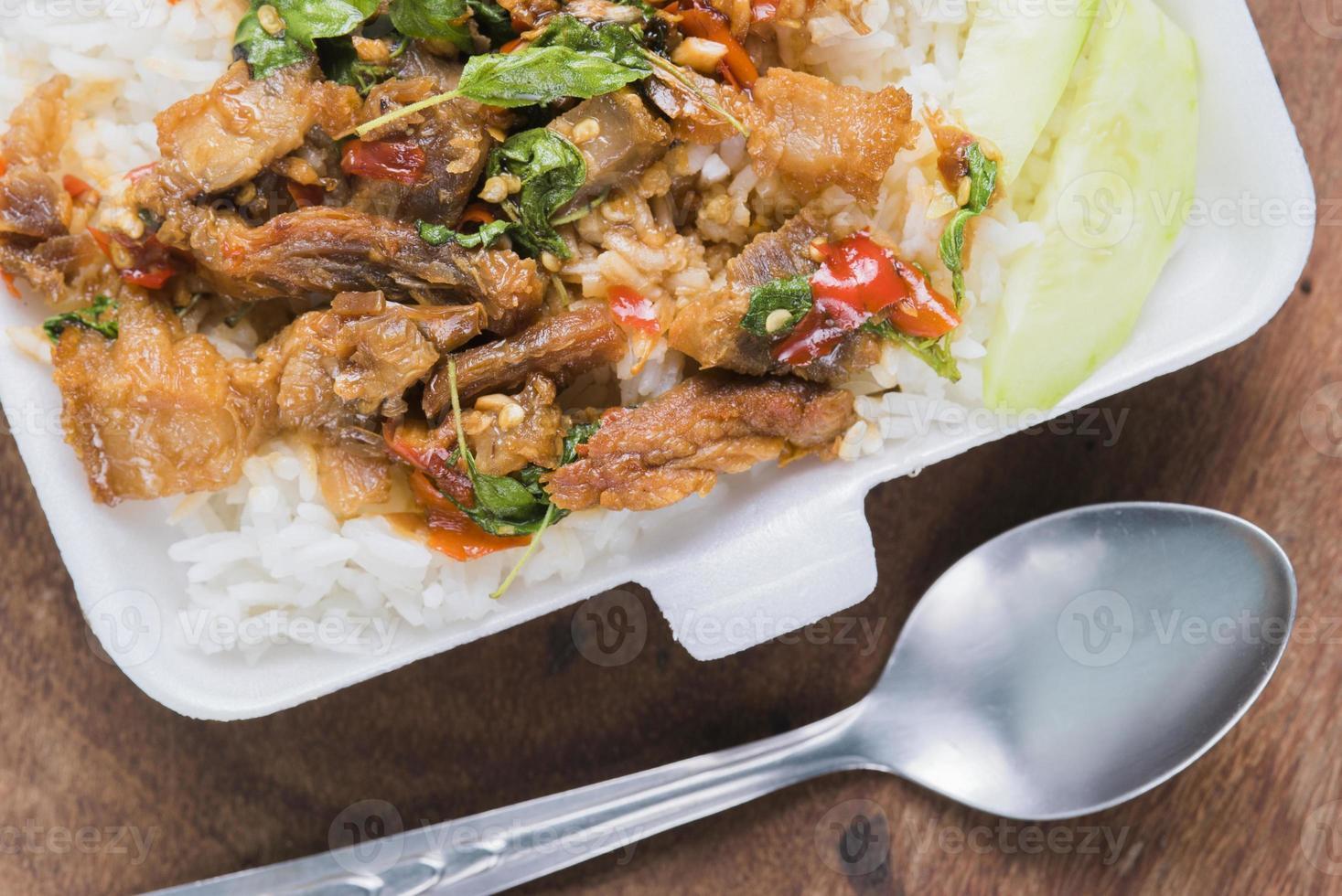 salsa de albahaca de cerdo frita tailandesa foto