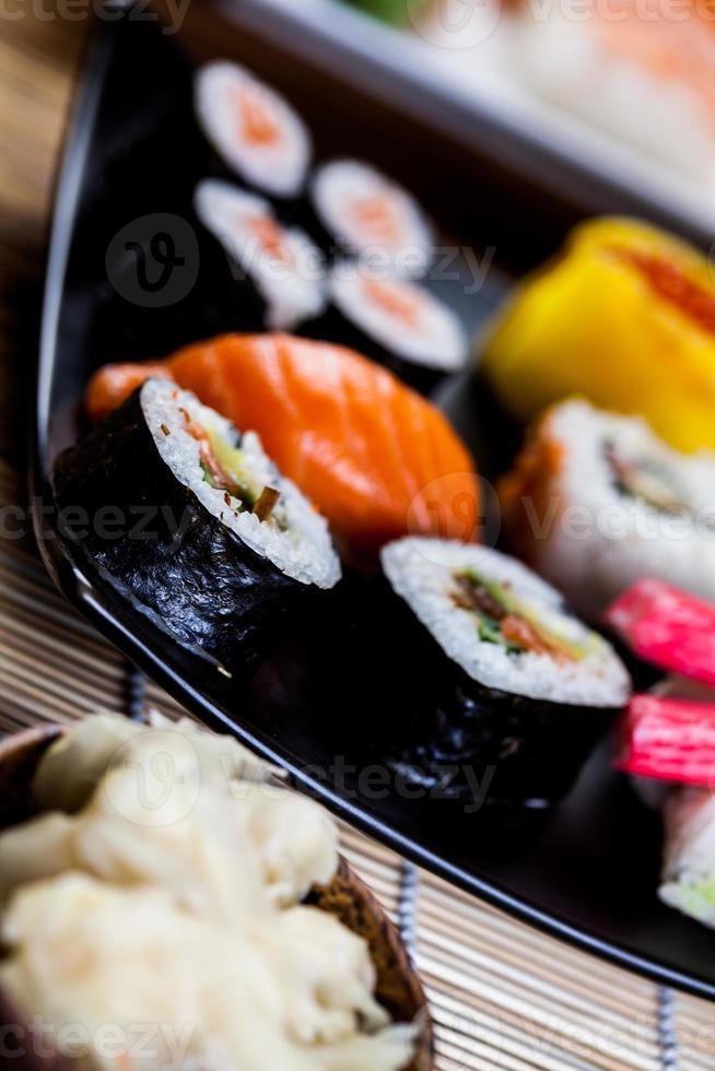 concepto decorativo de mariscos con sushi japonés foto
