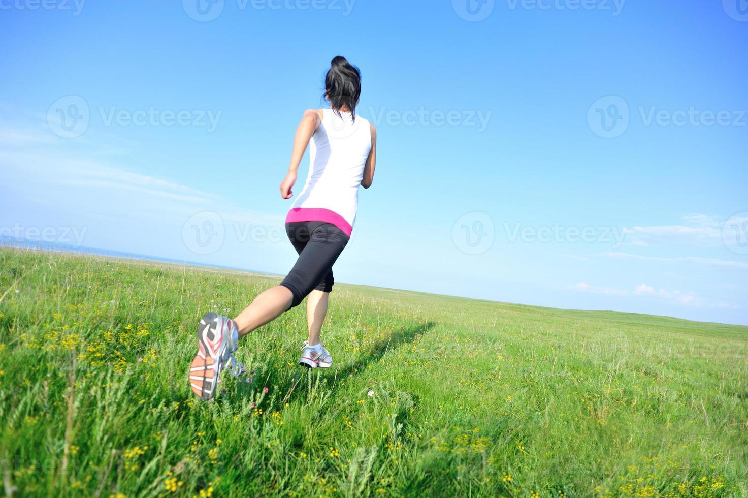 atleta corredor corriendo en pastizales foto