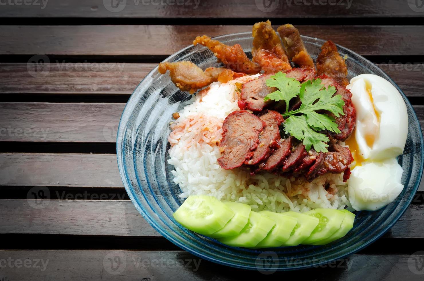 Arroz con cerdo asado estilo vintage. foto