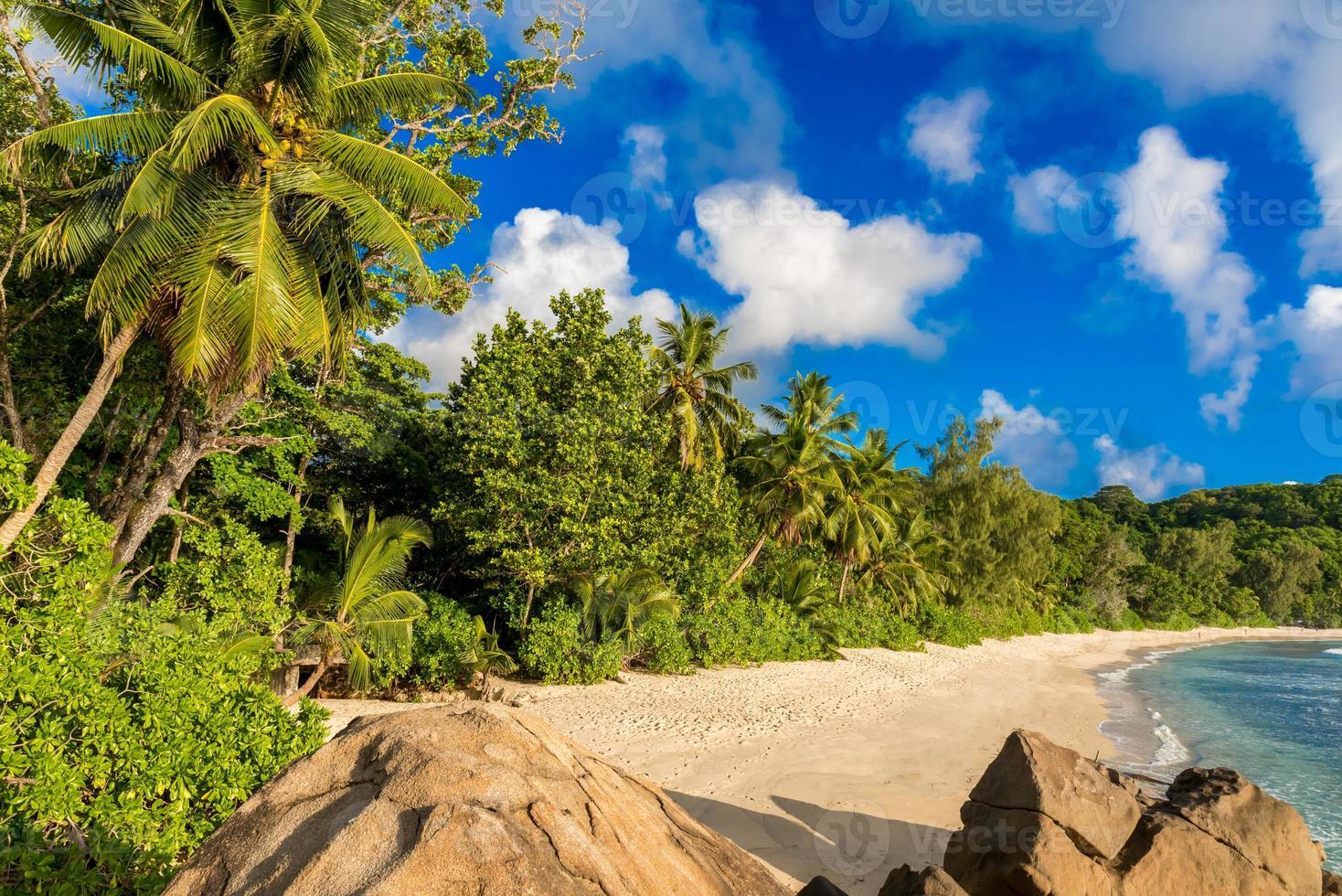 anse takamaka - playa en la isla mahé en seychelles foto