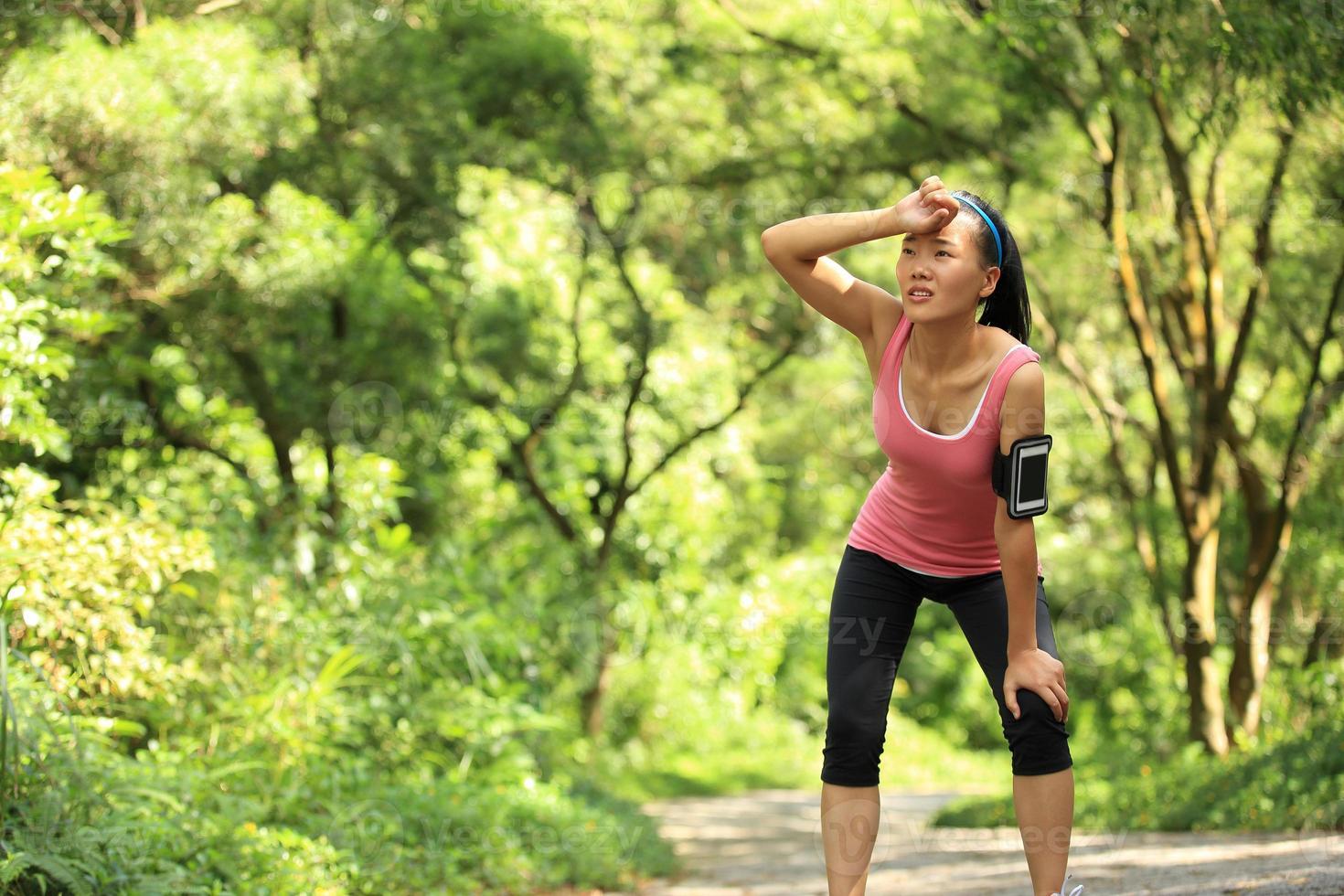 mujer cansada corredor descansar después de correr duro foto