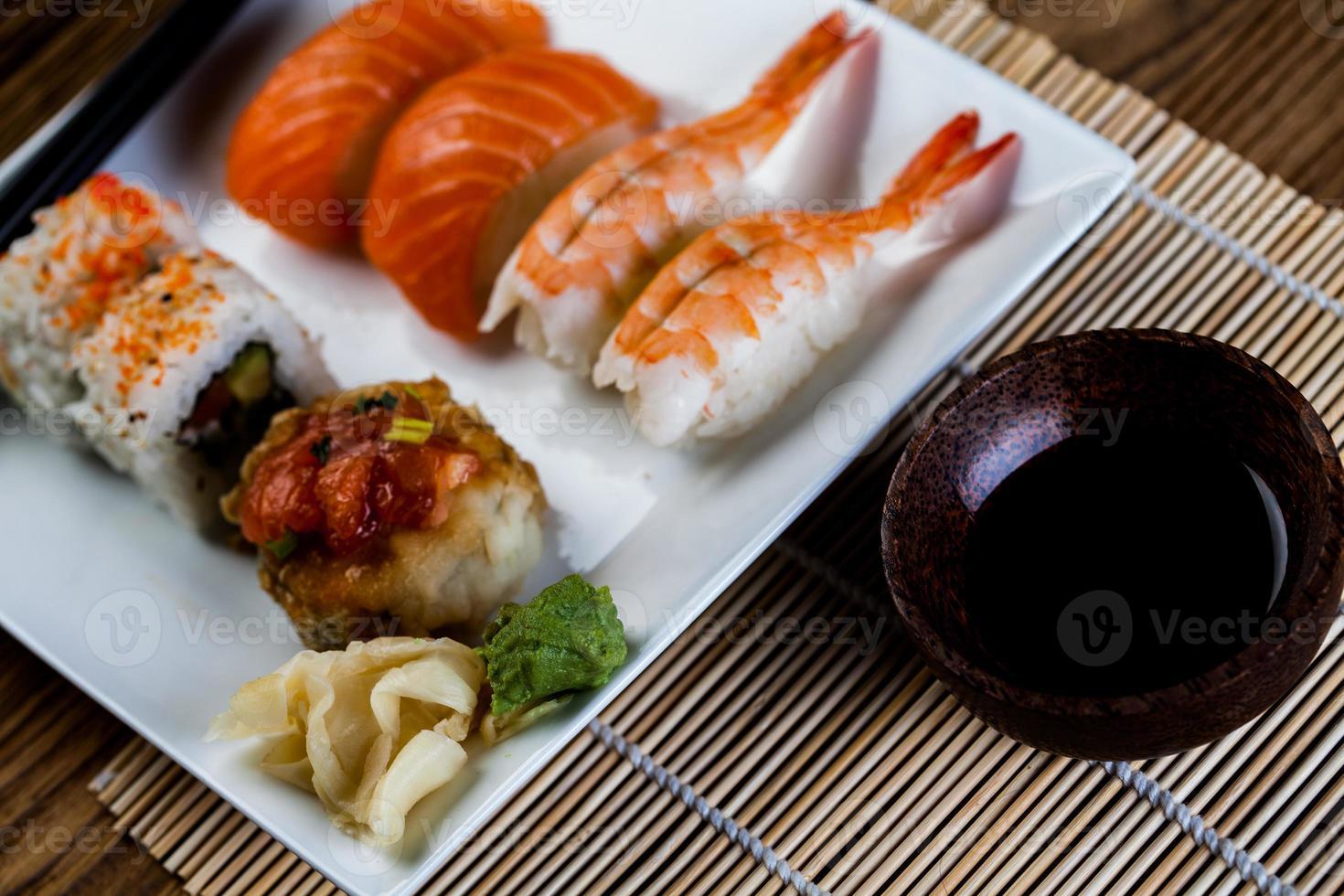 conjunto de sushi japonés fresco foto