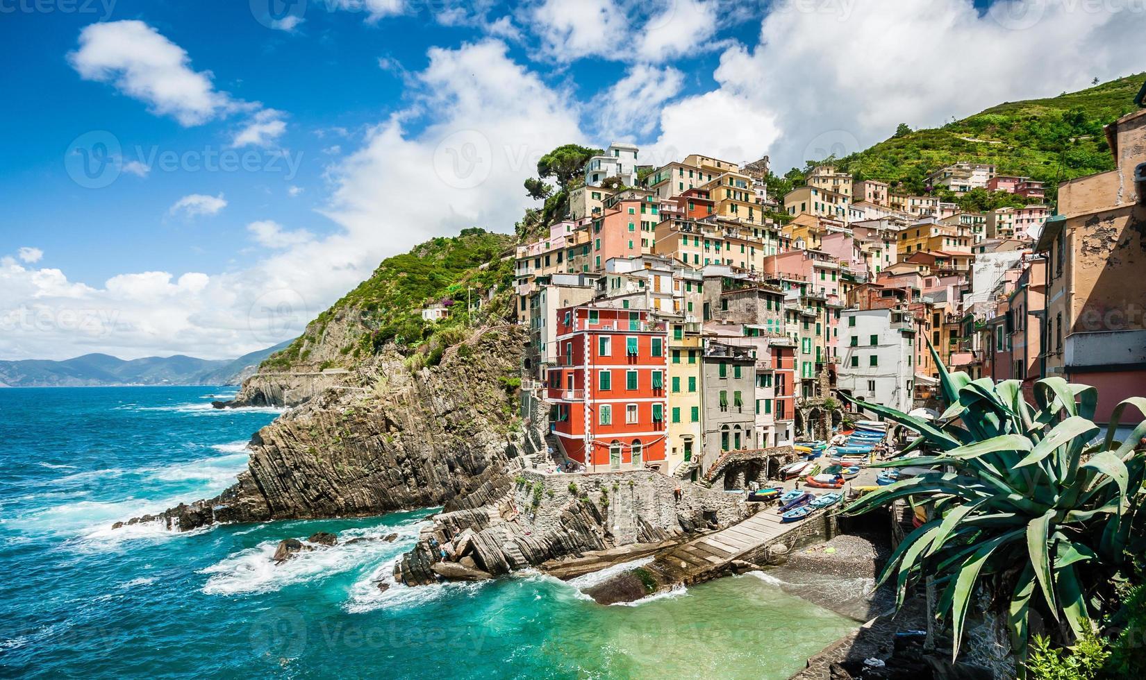 Pueblo de pescadores de Riomaggiore en Cinque Terre, Liguria, Italia foto