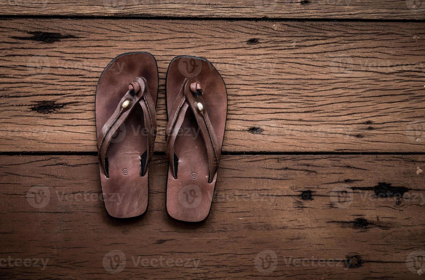 sandales en cuir sur fond de bois ancien photo