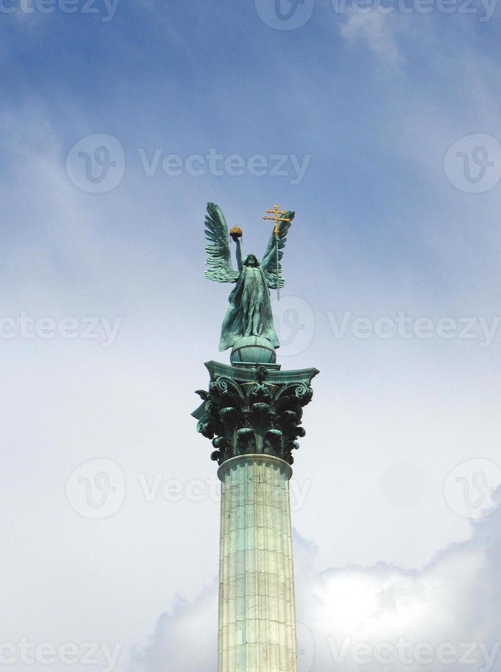 arcanjo gabriel - praça dos heróis, budapeste, hungria foto
