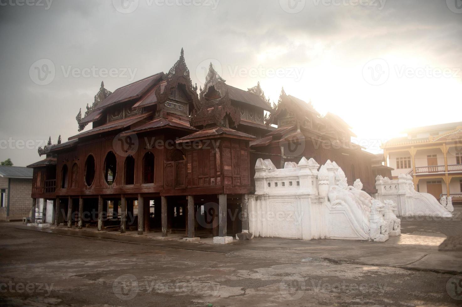 Iglesia de madera del templo nyan shwe kgua en myanmar. foto